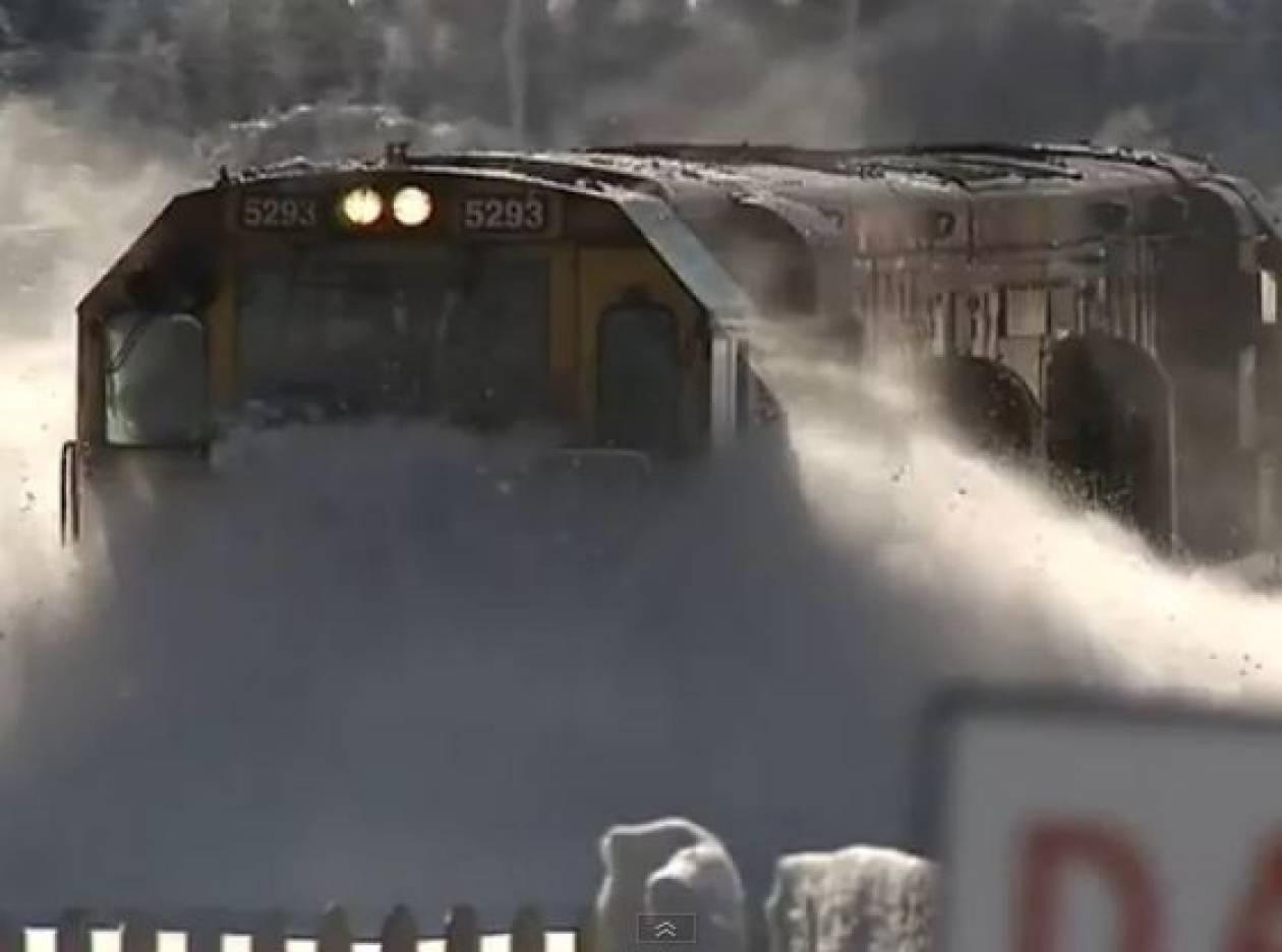 Bίντεο: Εκπληκτική διαδρομή τρένου μέσα στο χιόνι!