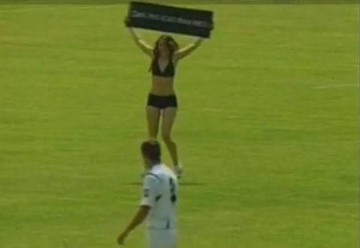 Μπήκε στο γήπεδο γυμνή για το αγόρι της (video)
