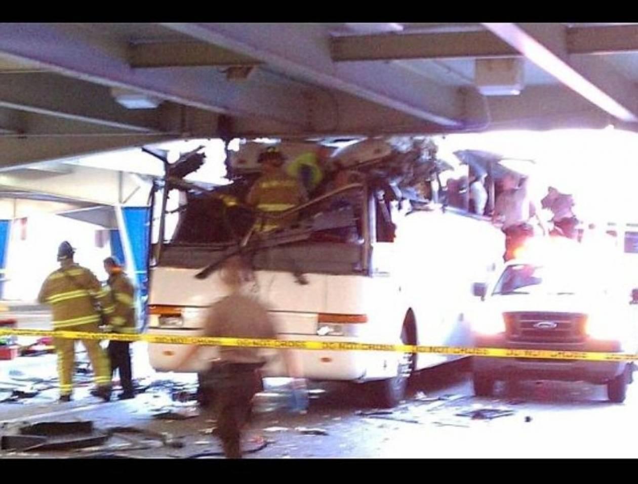 Διώροφο λεωφορείο έπεσε σε γέφυρα και διαλύθηκε