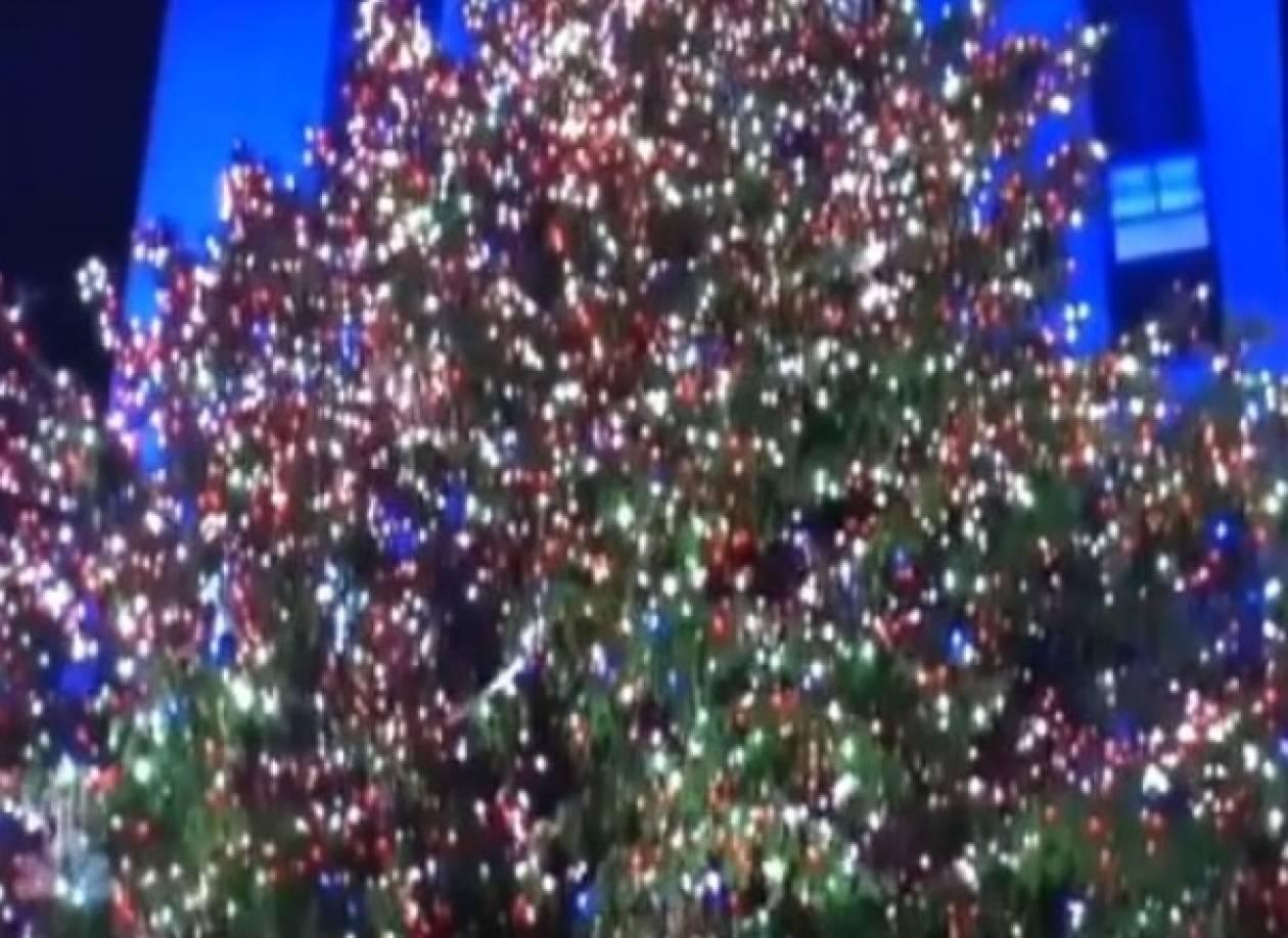 Βίντεο: Φωτίστηκε το πιο διάσημο χριστουγεννιάτικο δέντρο
