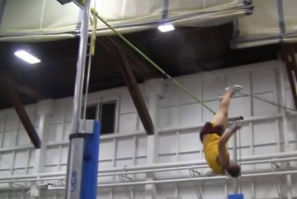 Δείτε τη συγκλονιστική πτώση του αθλητή! (βίντεο)