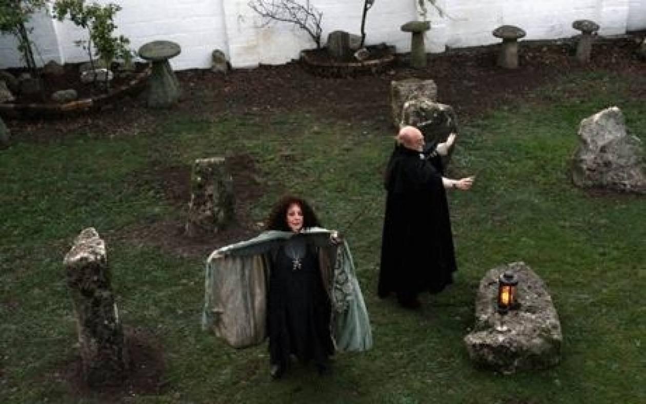 ΣΟΚ! Κλέβουν οστά από τάφους για θυσίες ή μάγια!
