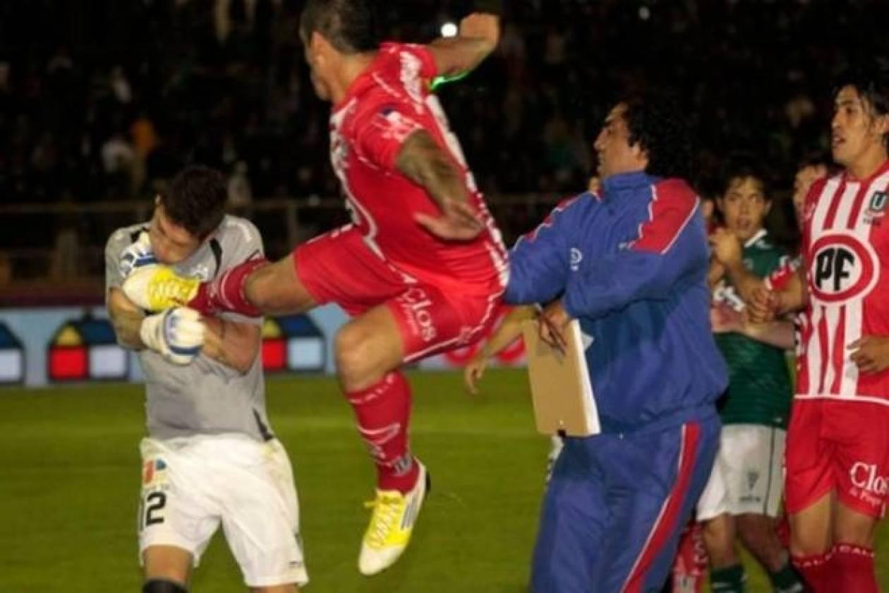 Ποδοσφαιριστής... νίντζα βγάζει νοκ άουτ τερματοφύλακα (video)