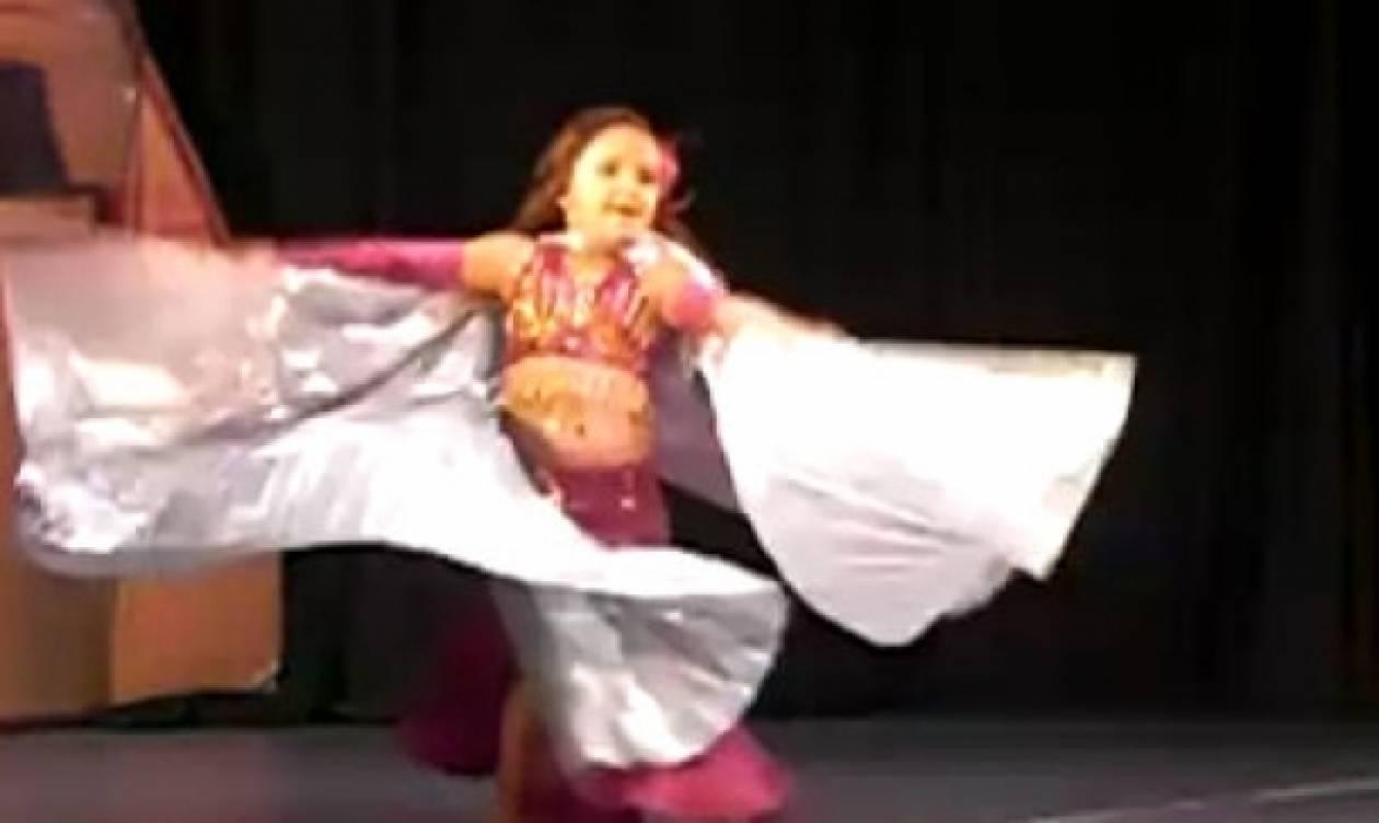 Απίστευτο κοριτσάκι μόλις πέντε χρονών χορεύει τον χορό της κοιλιάς!