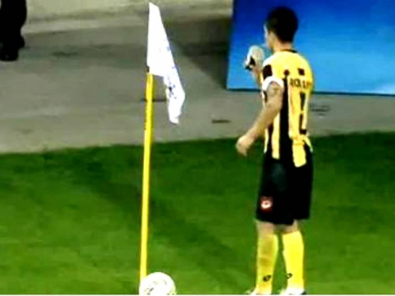 ΕΠΙΚΟ:Ποδοσφαιριστής του Εργοτέλη ήπιε τον καφέ που του πέταξαν (vid)