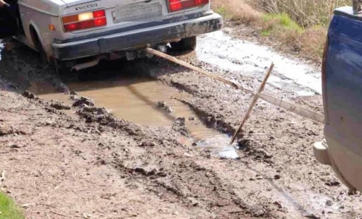 Οδηγοί στο έλεος του καιρού - Κόλλησαν με τα ΙΧ στη λάσπη!