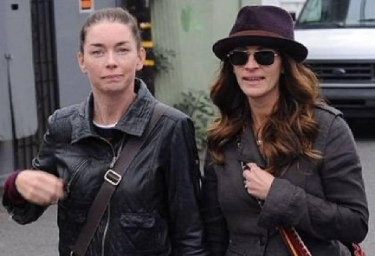 Γιατί η Julia Roberts περπατά χέρι χέρι με άλλη γυναίκα;
