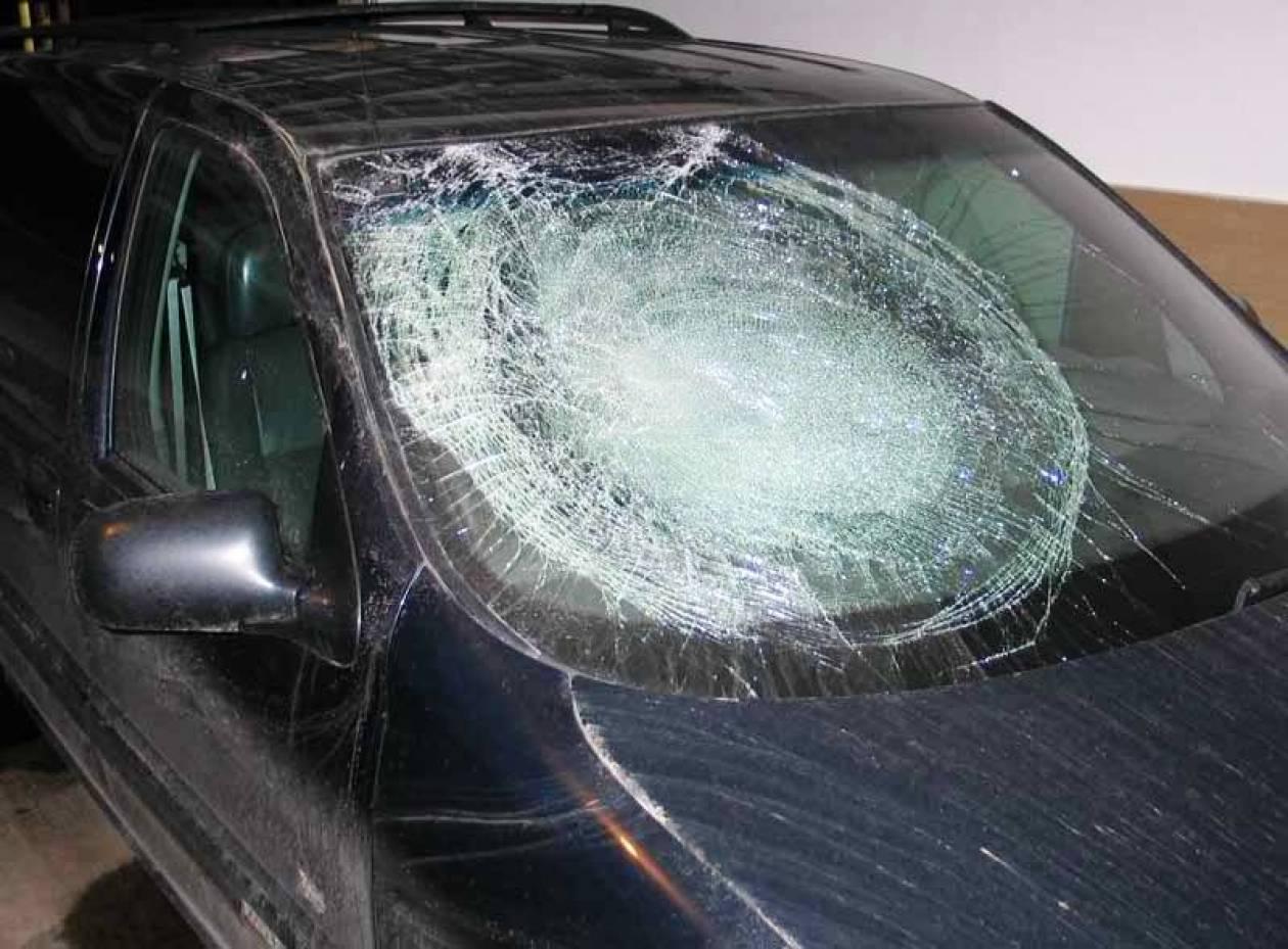 Επίθεση με... σκαμπό σε όχημα του ΣΥΡΙΖΑ