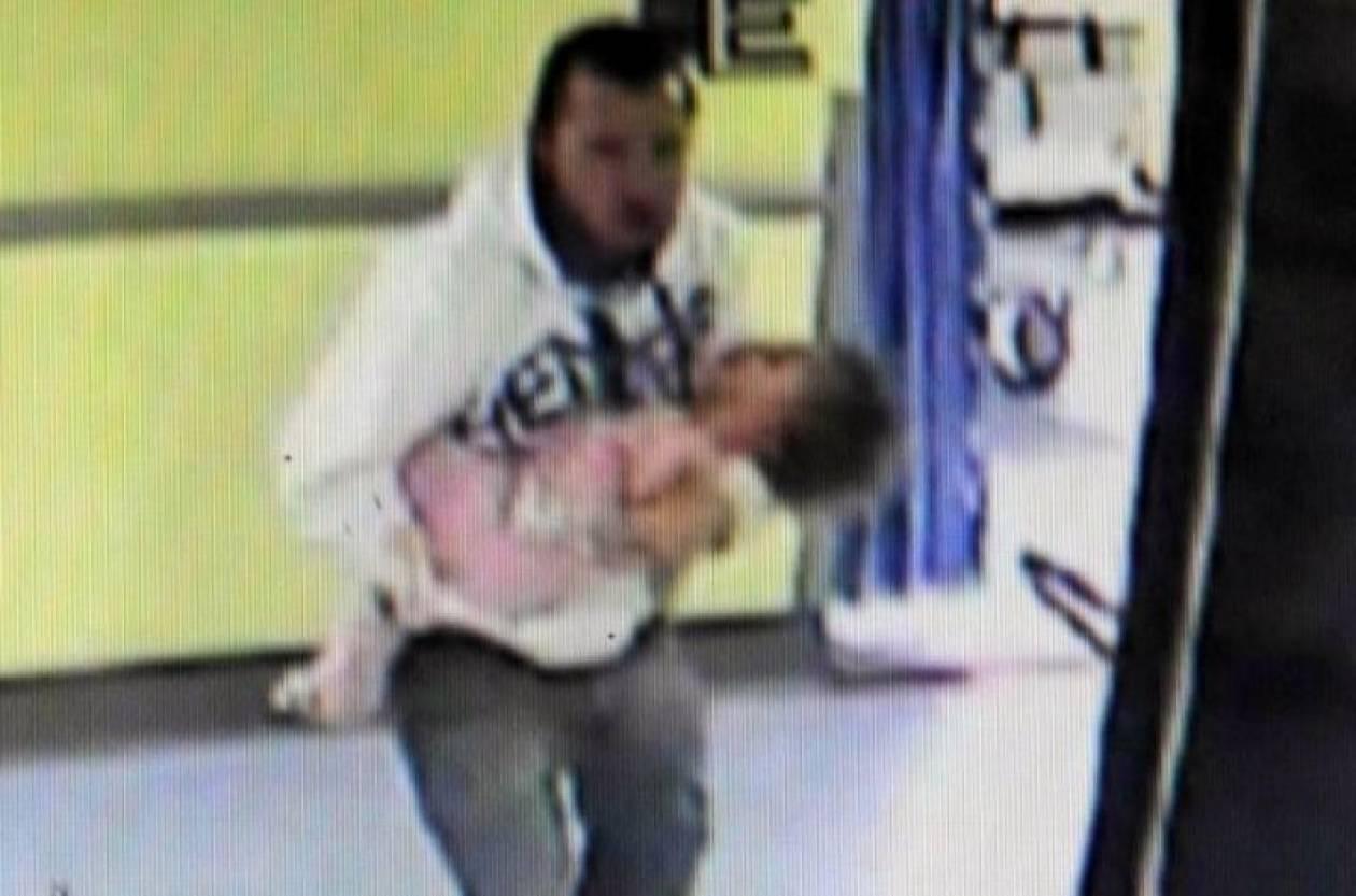 Βίντεο: Παιδόφιλος με κακοποιημένο βρέφος που ξεψυχά στα χέρια