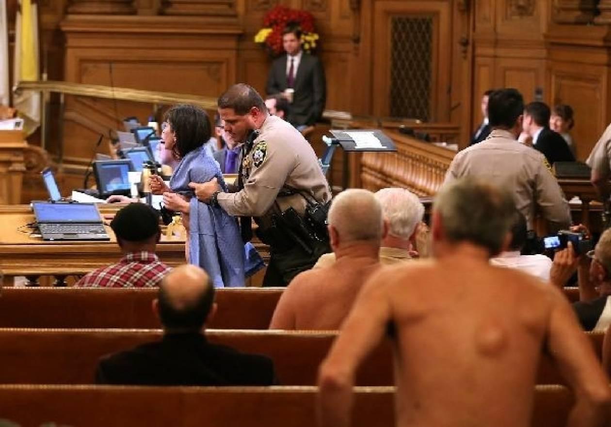 Έκαναν γυμνή διαμαρτυρία μέσα στο... δικαστήριο
