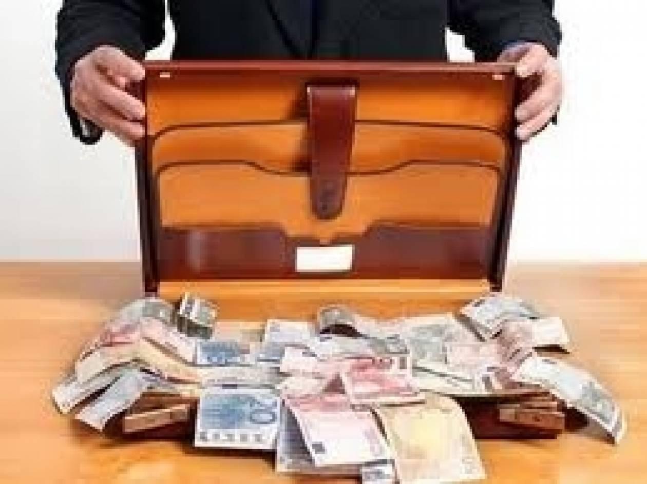 Απίστευτο: Βρήκε τσάντα με 390.000 ευρώ και την επέστρεψε!