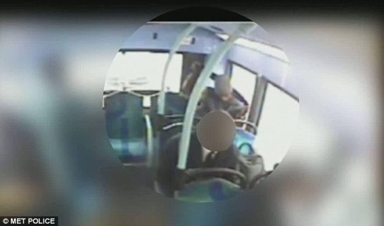 ΣΟΚΑΡΙΣΤΙΚΕΣ εικόνες: Άγνωστος στραγγάλισε επιβάτη μέσα σε λεωφορείο