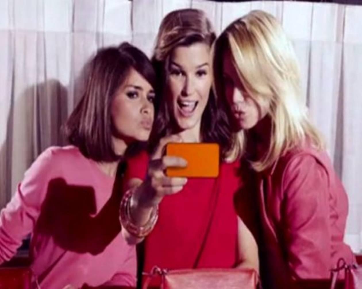 3 Καλλονές ποζάρουν για τις mini bags του Louis Vuitton (video)