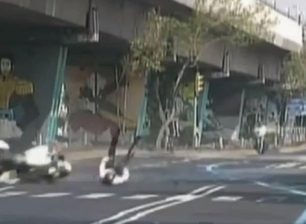 Βίντεο: Αστυνομικός έπεσε από την μηχανή του