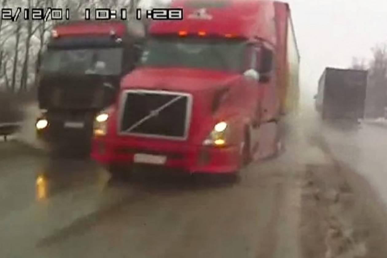 Βίντεο: Δυο φορτηγά έκαναν «σάντουιτς» ανυποψίαστο οδηγό!