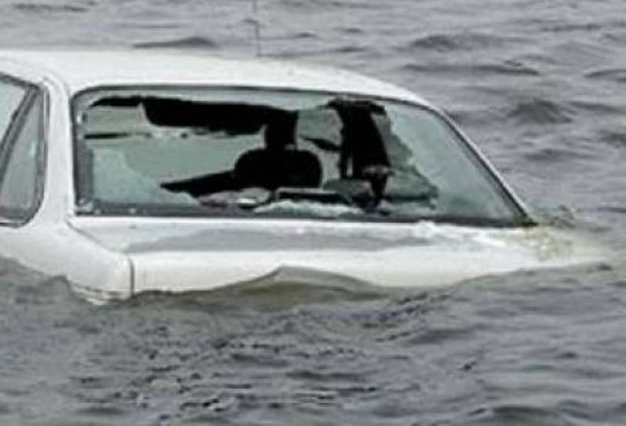 Αυτοκίνητο «βούτηξε» στα νερά του λιμανιού