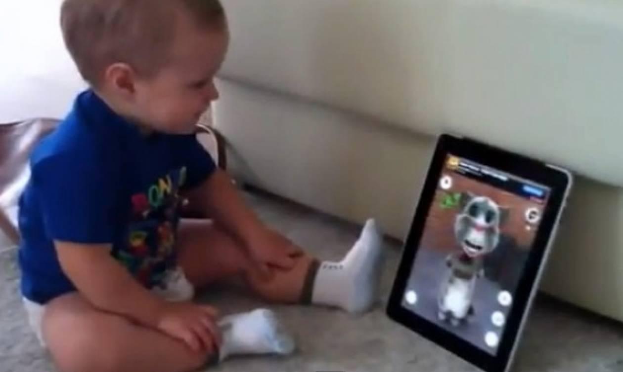Ο μπόμπιρας μιλάει στο iPad και η γάτα επαναλαμβάνει!