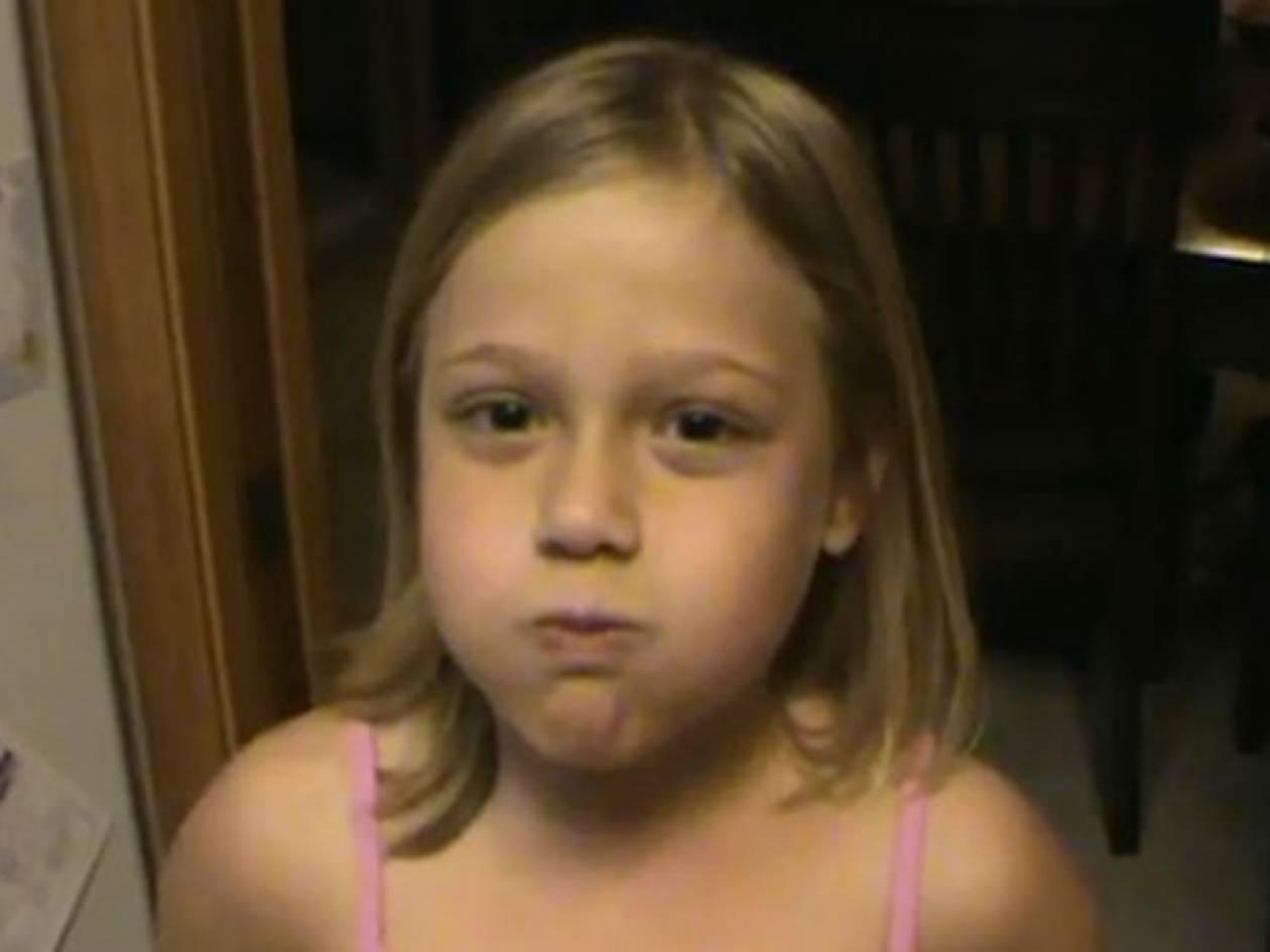 Απίθανο βίντεο: Κοριτσάκι τραγουδάει με κλειστό το στόμα