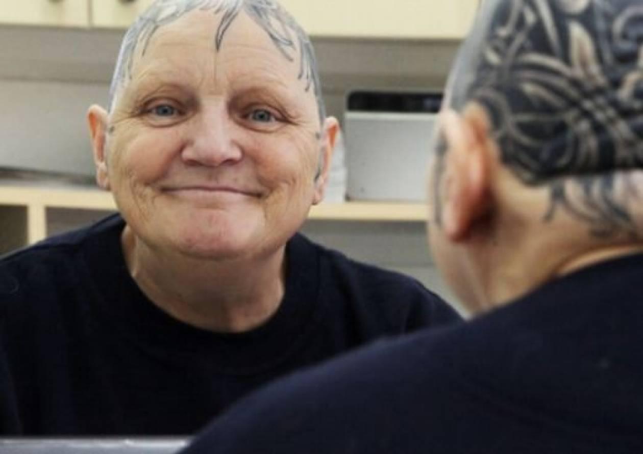 Τατουάζ στο κεφάλι έκανε 60χρονη!