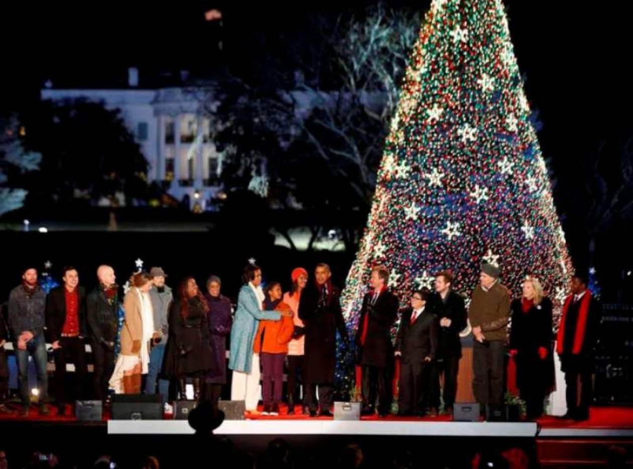 Άναψε τα φωτάκια στο χριστουγεννιάτικο δέντρο η οικογένεια Ομπάμα