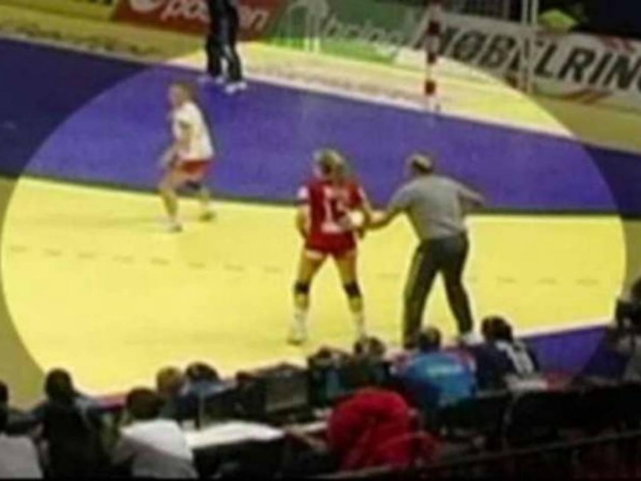 Προπονητής εμπόδισε αντίπαλη παίκτρια εν ώρα αγώνα! (video)