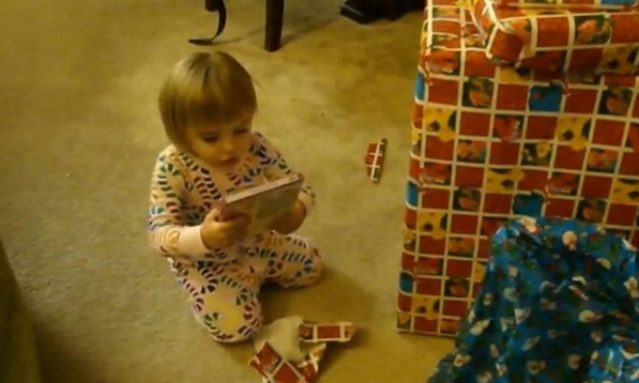 Βίντεο: Όταν η μικρή Alyssa ανοίγει τα Χριστουγεννιάτικα δώρα της!
