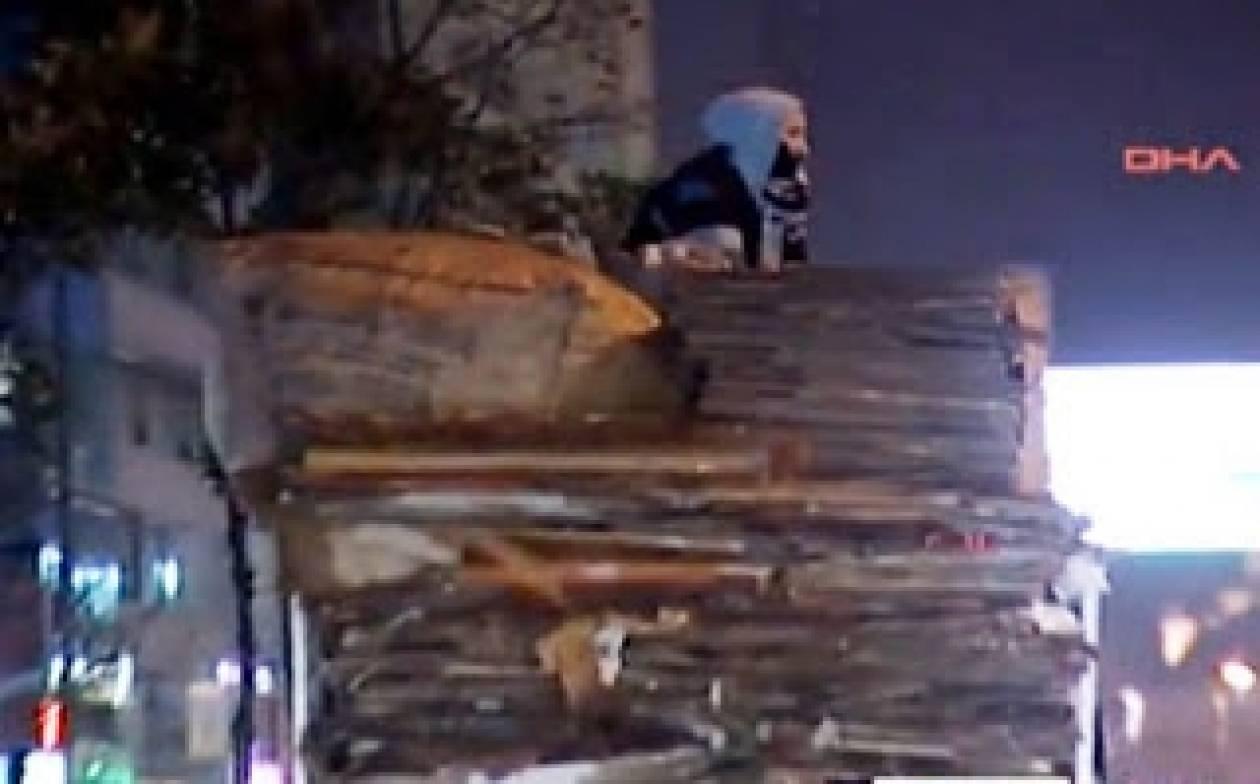 Βίντεο- Hurriyet: Άνδρας βλέπει τη γυναίκα του να αυτοκτονεί...