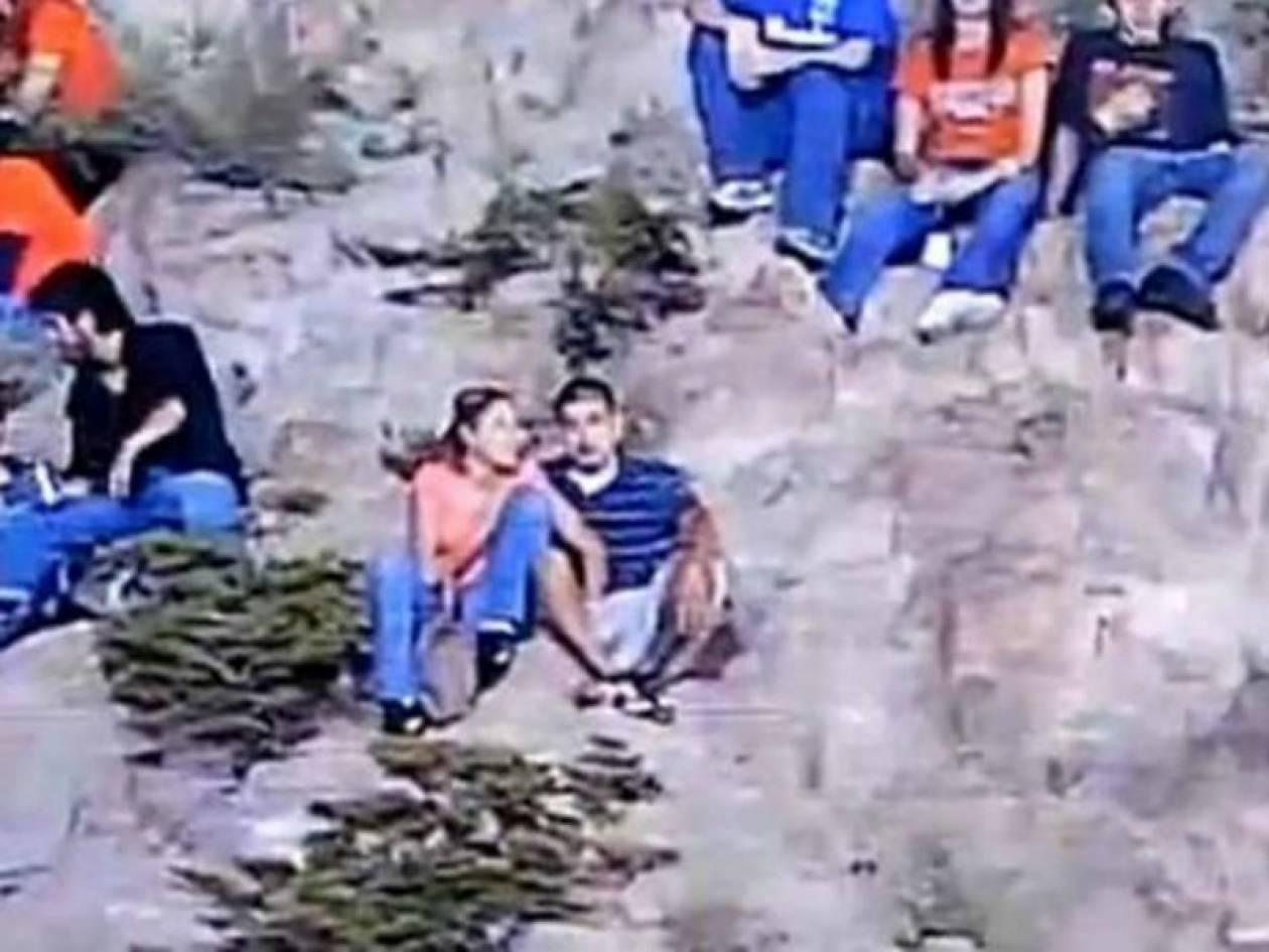 Εκείνος βλέπει αγώνα και εκείνη του πιάνει το... (video)