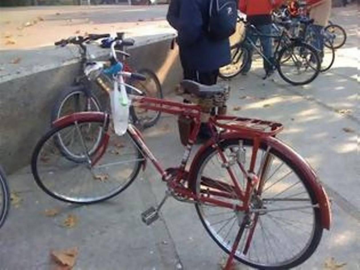 Η... αγάπη τους για τα ποδήλατα τούς οδήγησε στις χειροπέδες