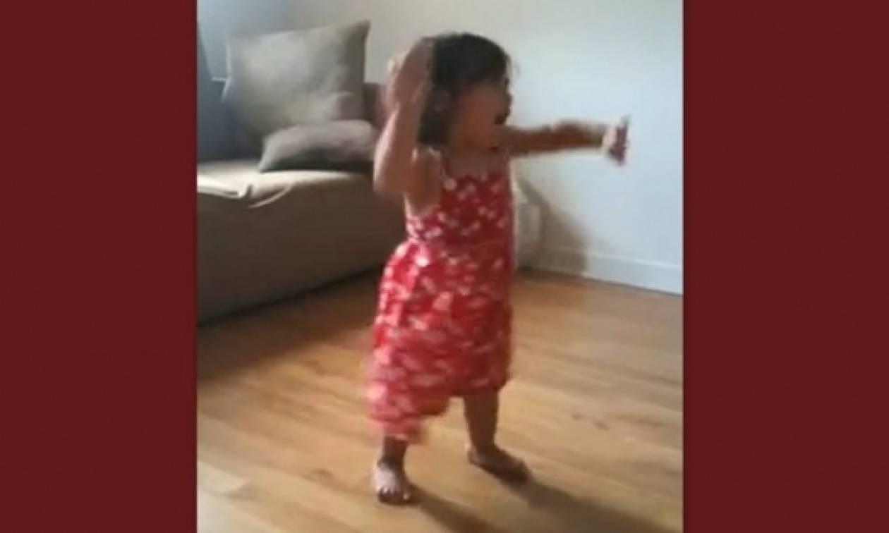 O απίθανος χορός μιας πιτσιρίκας!