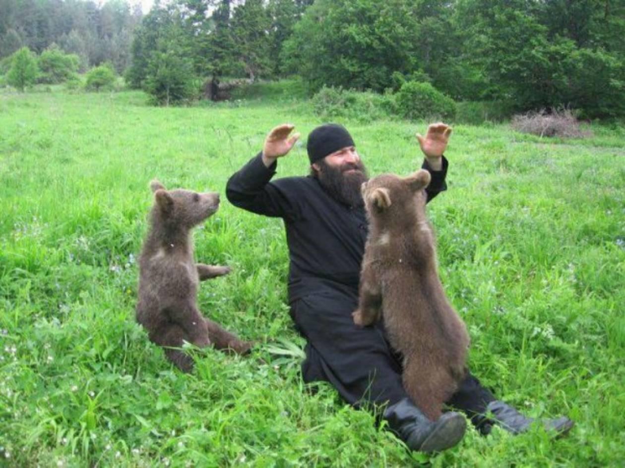 Απίθανες φωτογραφίες:Mοναχοί του Αγίου Όρους αγκαλιά με αρκούδες!