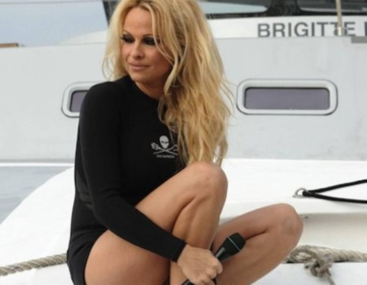 Η Pamela Anderson χρωστάει της Μιχαλούς