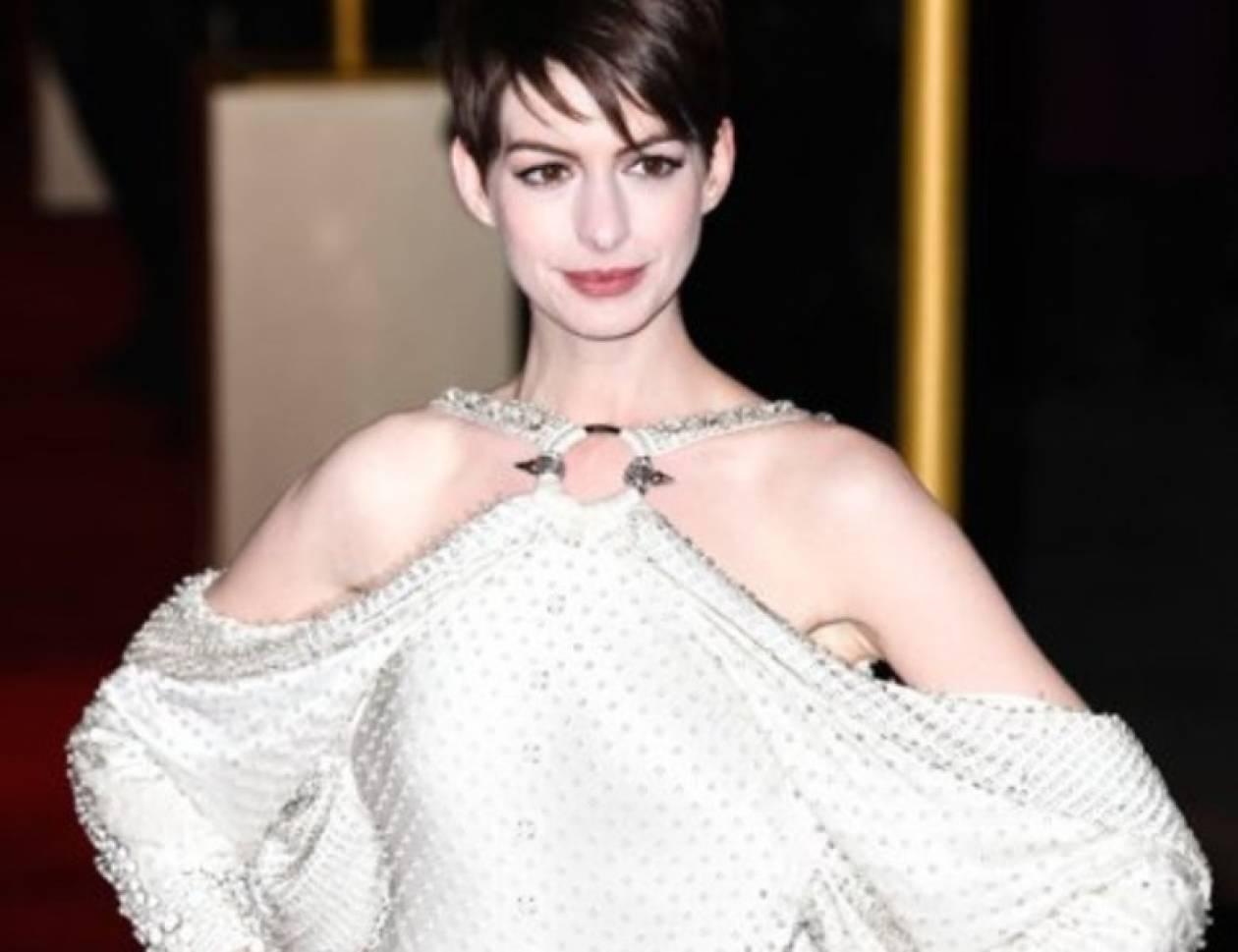 Αντιγράψτε το look: το μεταλλικό γαλλικό mani της Anne Hathaway