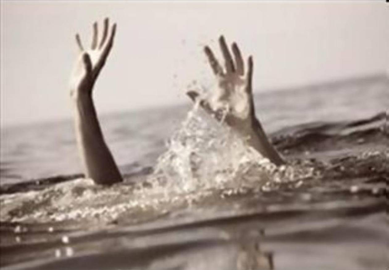 Τραγωδία: Άφησε το παιδί του να πνιγεί