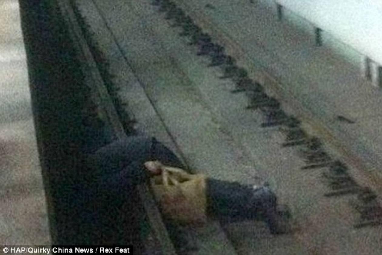Έπεσε στις ράγες του μετρό και τον έσωσαν την τελευταία στιγμή (pics)