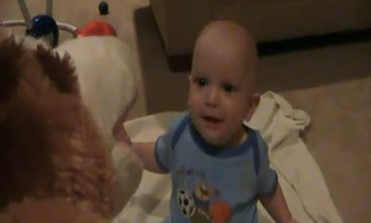 Μωρό ξεκαρδίζεται στα γέλια ακούγοντας το σκυλάκι να λέει τα κάλαντα!