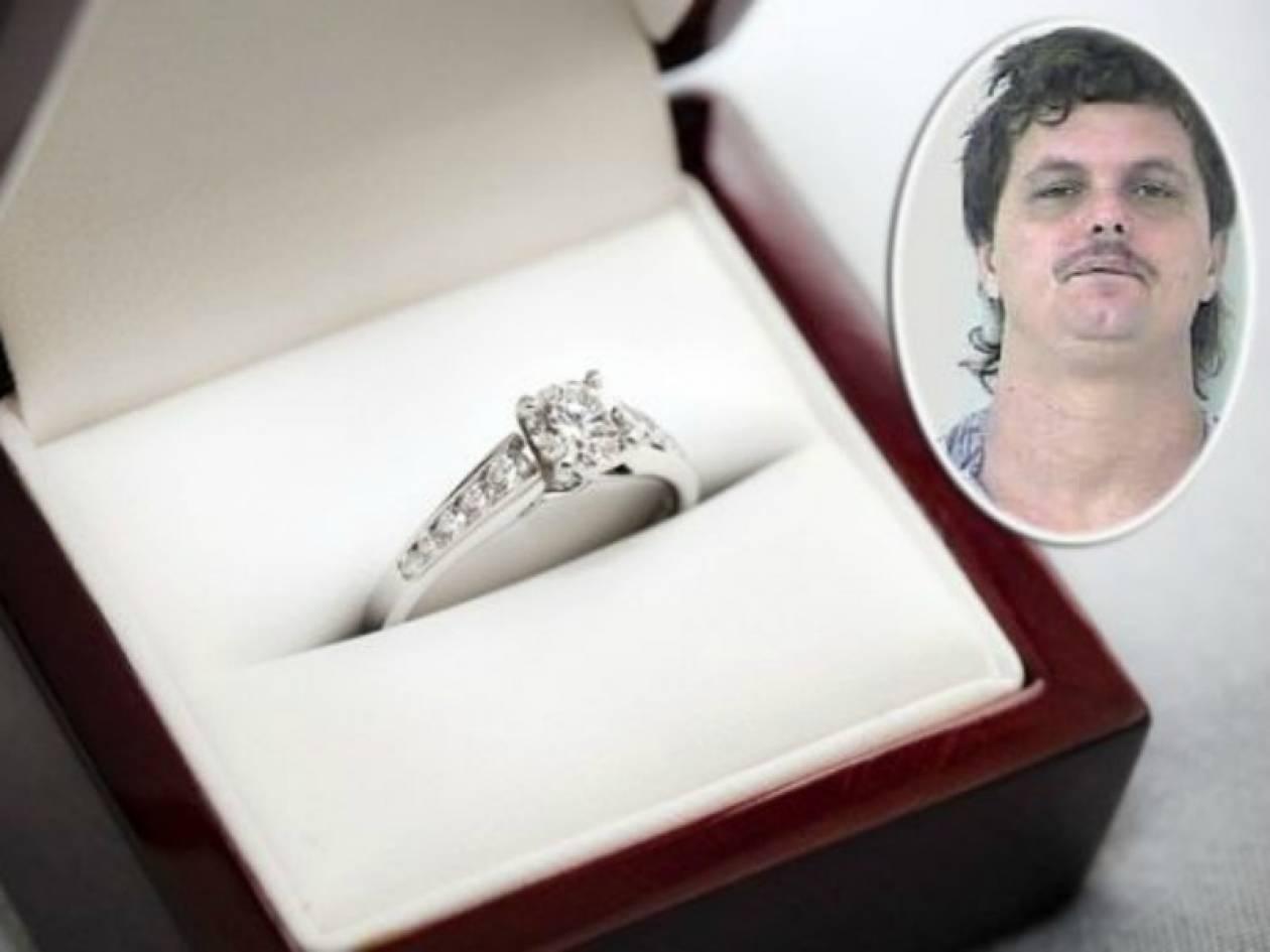 Θράσος: Έκλεψε το δαχτυλίδι της πρώην για να το δωρίσει στη νυν!
