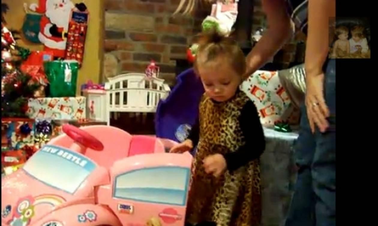 Δείτε πώς αντιδρά ένα κοριτσάκι όταν βλέπει τα δώρα του Άγιου Βασίλη!