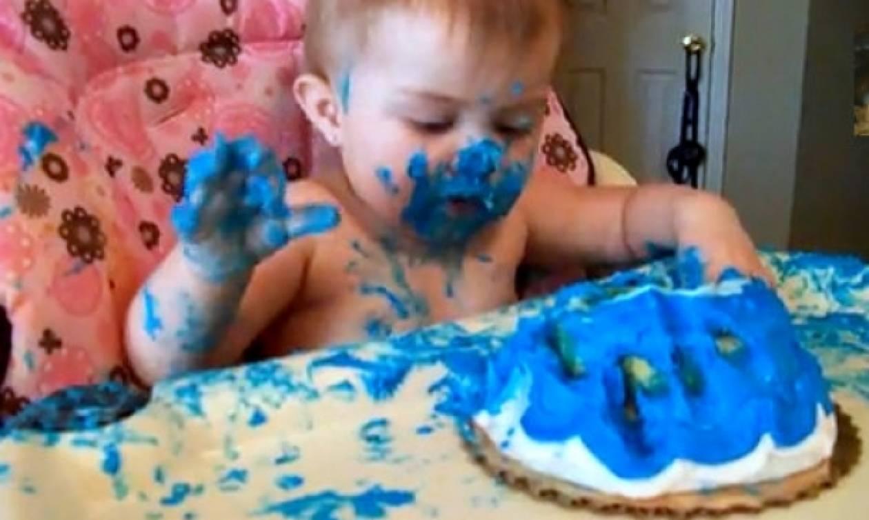 Έγινε… μπλε από την τούρτα του!