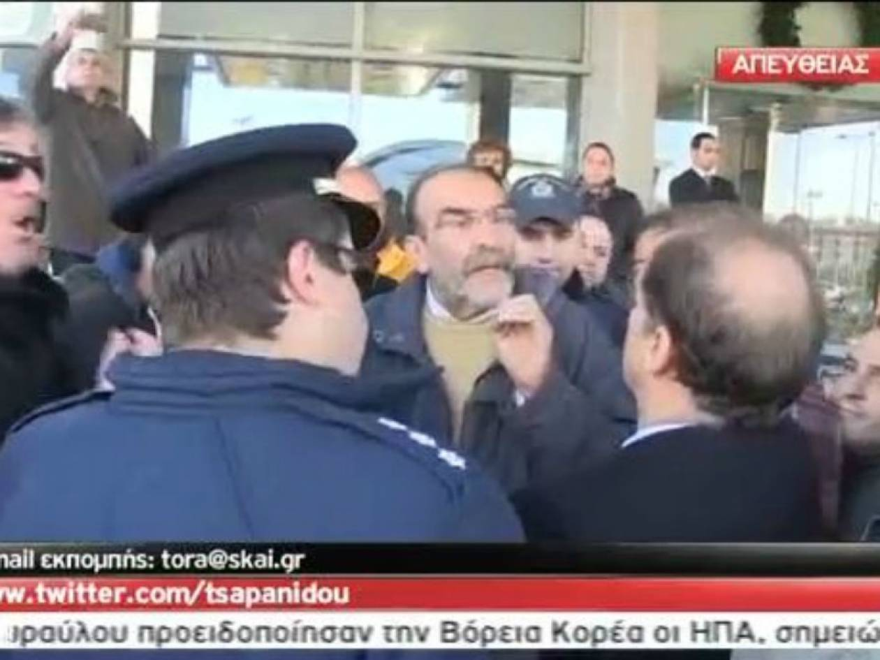 Βίντεο: Προπηλάκισαν δήμαρχο νομίζοντας ότι είναι ο Φούχτελ