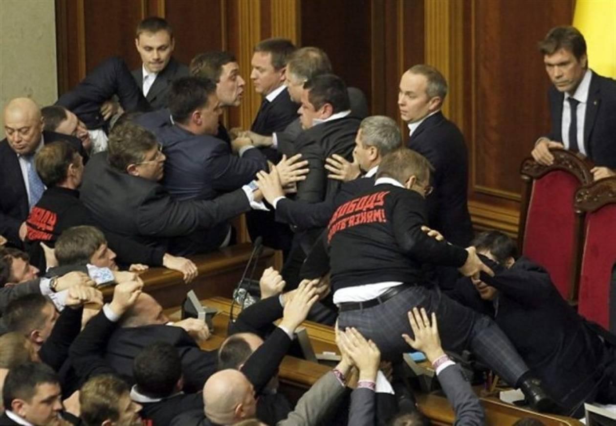 Έπαιξαν ξύλο μέσα στη Βουλή!