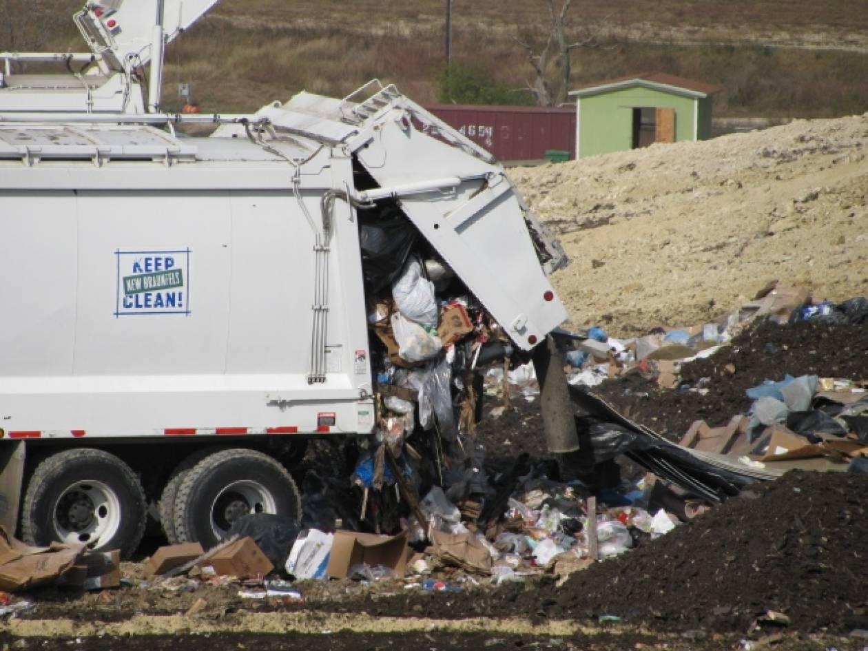 Φρίκη: Κοιμόταν στα σκουπίδια και τον συμπίεσε το απορριμματοφόρο!