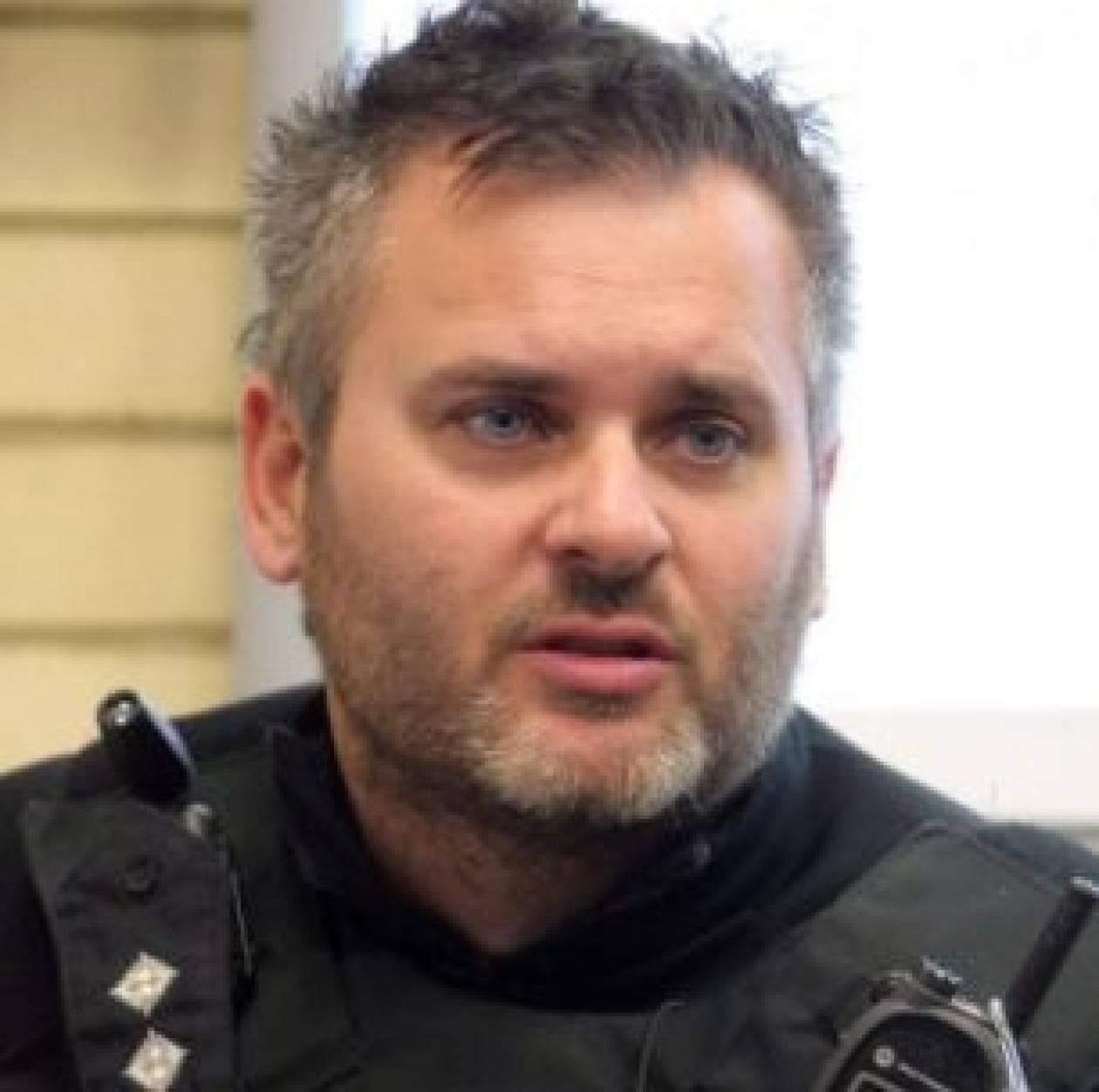 ΣΟΚ: Επιθεωρητής της αστυνομίας ανέβασε ροζ φωτογραφία στο Facebook
