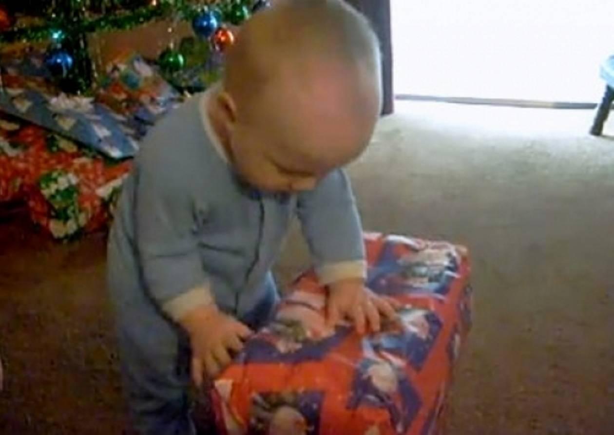 Βίντεο: Μπόμπιρας ανοίγει το χριστουγεννιάτικο δώρο του και τρώει το..