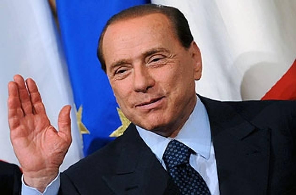 Μπερλουσκόνι: Περιμένει Μόντι αλλά παραμένει στην πολιτική σκηνή
