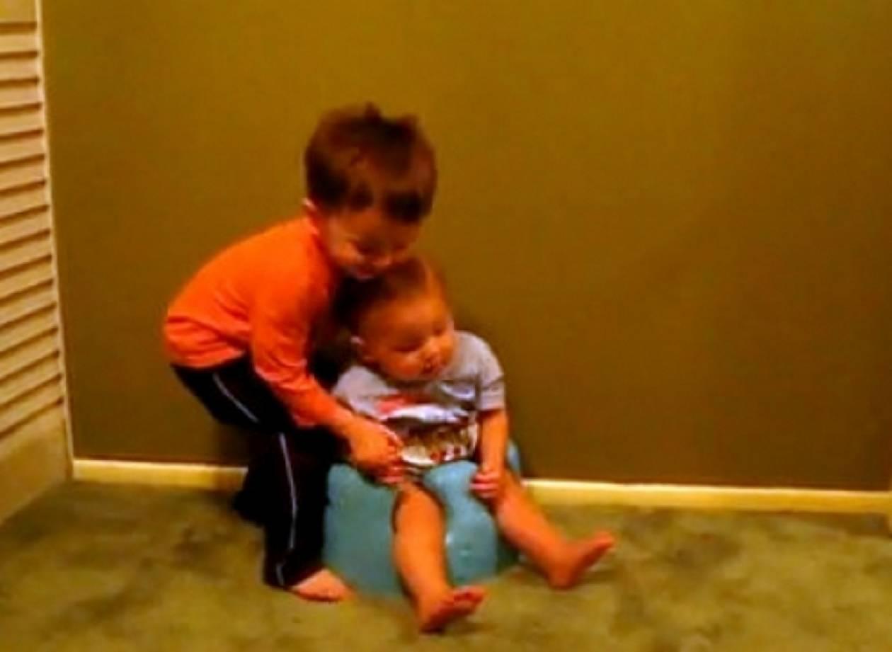 Βίντεο: Ο μεγάλος αδελφός προσπαθεί να σηκώσει από το γιογιό τον μικρό