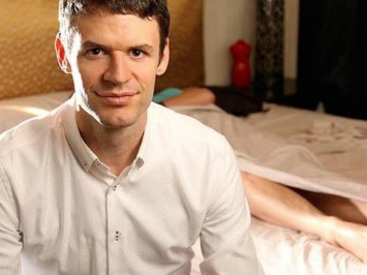Παρακολουθεί live ζευγάρια να κάνουν σεξ και τους δίνει οδηγίες!