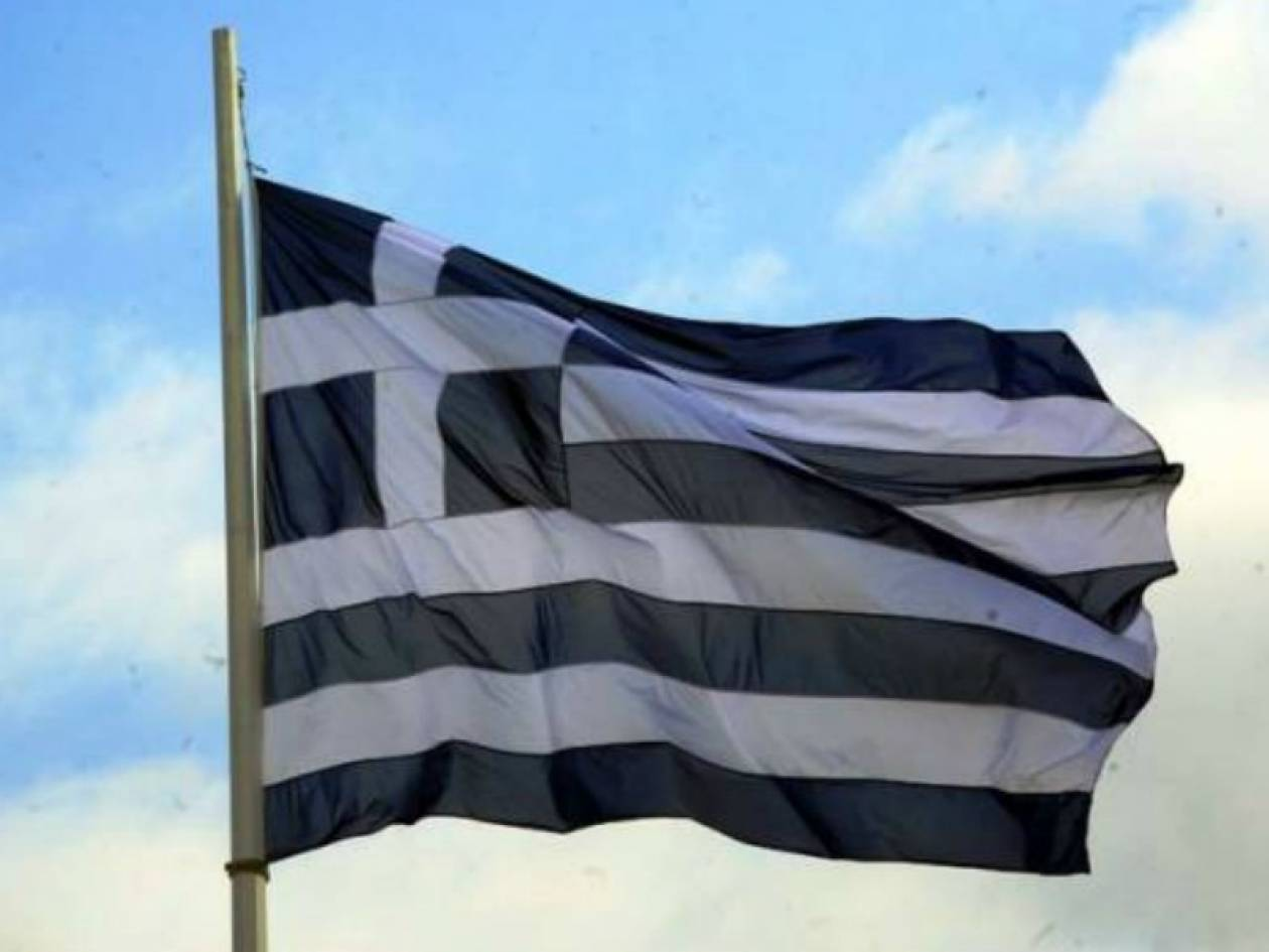 Αλβανοί κατέβασαν και πάτησαν ελληνικές σημαίες
