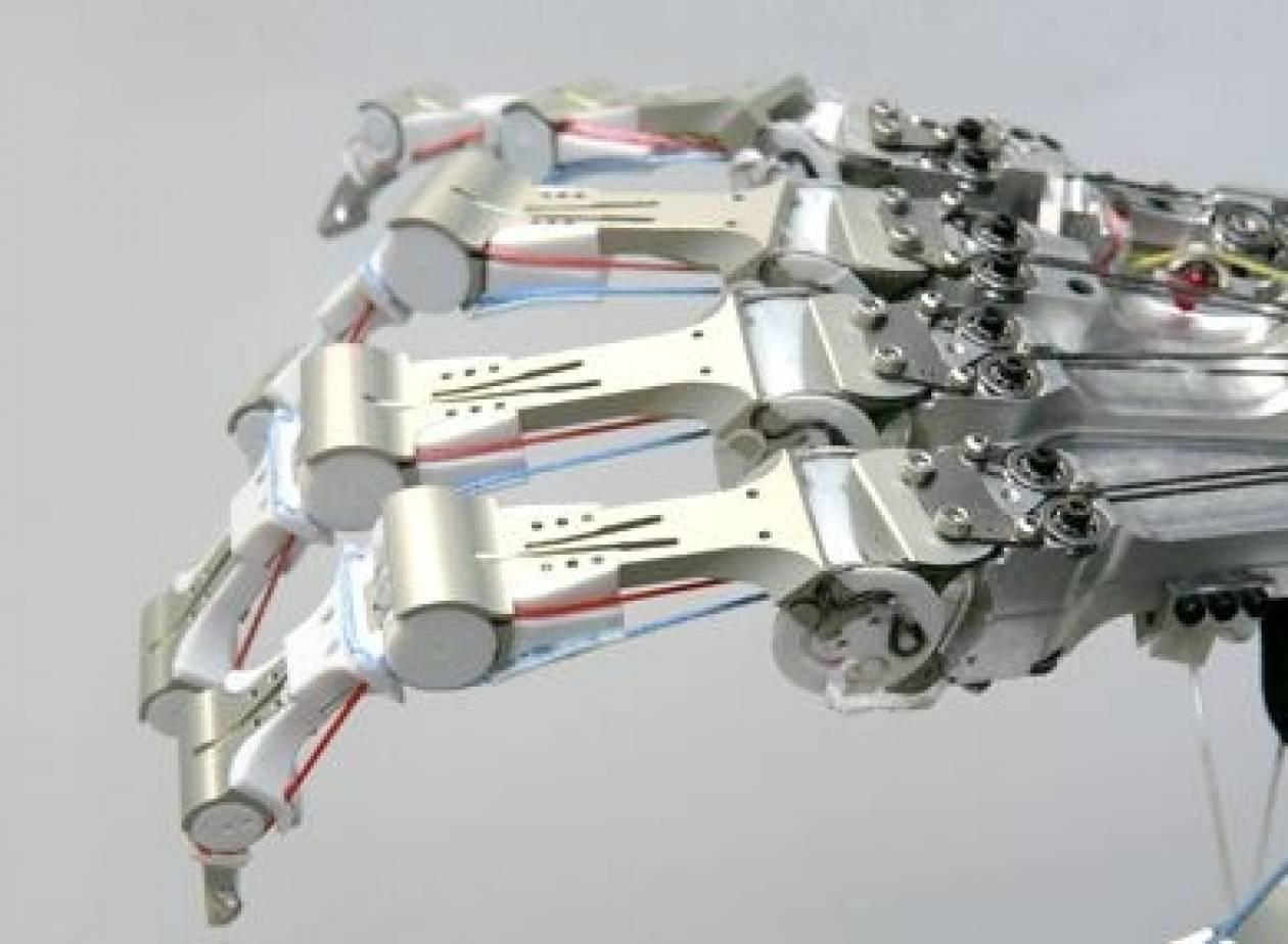 Παράλυτη ελέγχει με τη σκέψη της ρομποτικό βραχίωνα