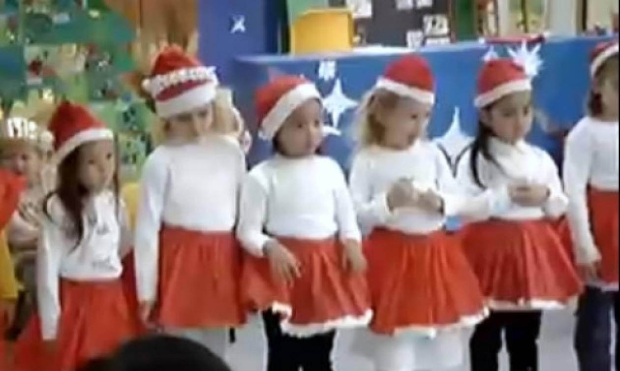 Αγιοβασιλάκια χορεύουν τα κάλαντα!
